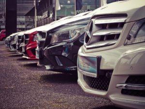 zaparkowane samochody marki mercedes-benz