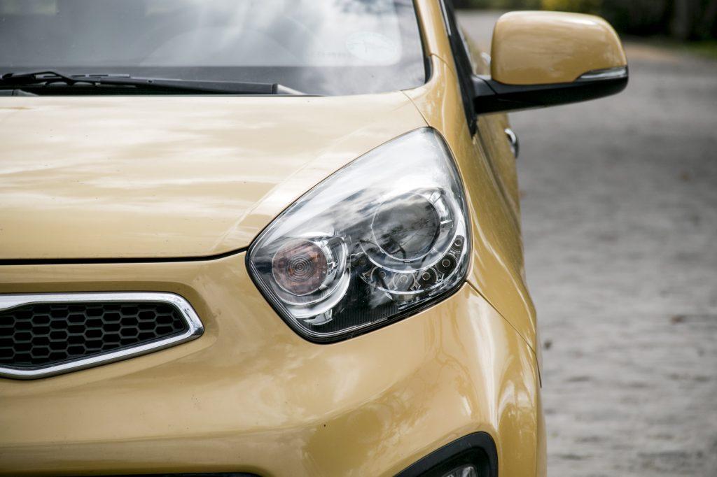 żółte auto marki KIA