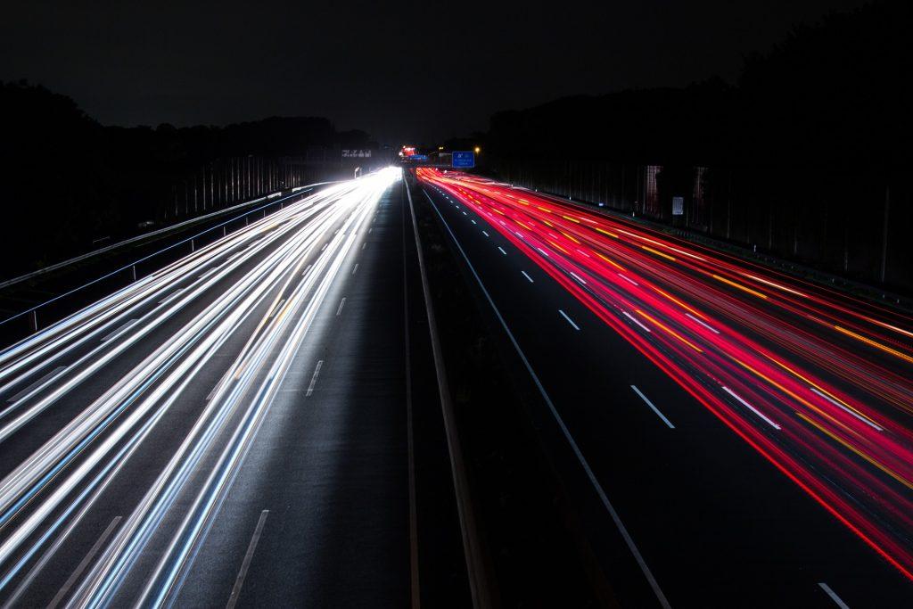 światła na autostradzie